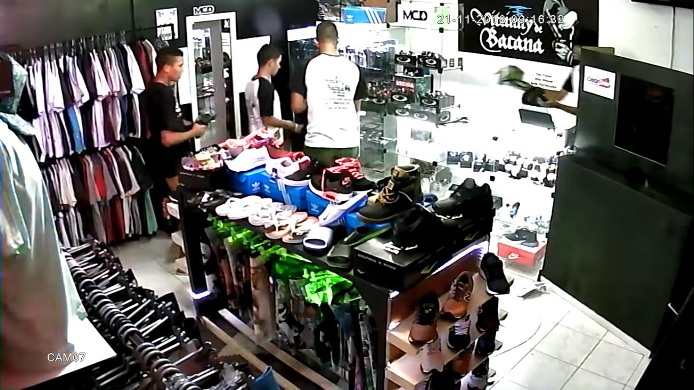 Vídeo mostra ação de marginais assaltando um estabelecimento comercial no Bairro São Vicente de Paula