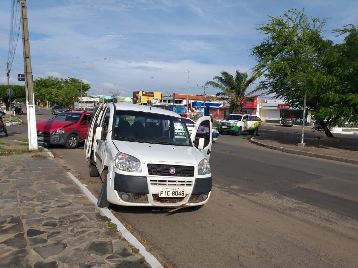 Condutor sem habilitação em veículo da Prefeitura de Parnaíba provoca acidente na Avenida São Sebastião