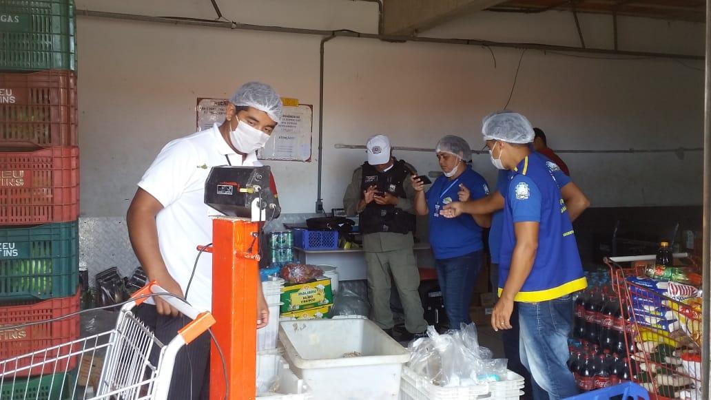 Vigilância Sanitária encontra produtos vencidos e carnes estragadas no Supermercado Elizeu Martins; Vejas as fotos