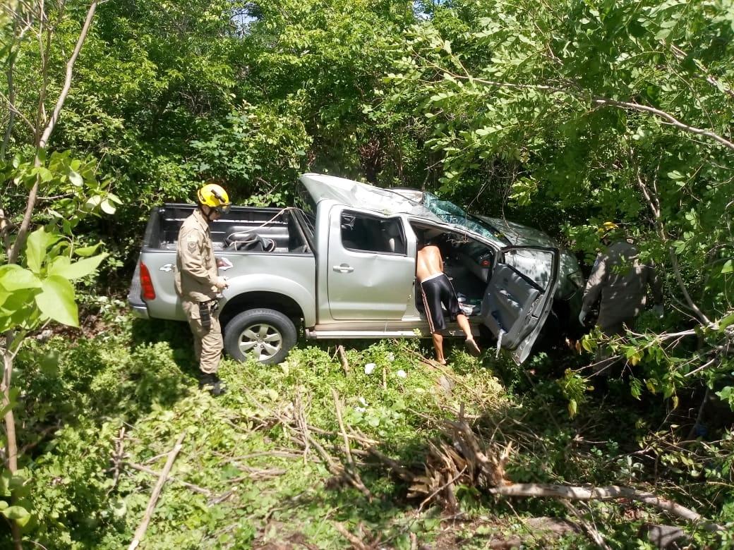 Hilux capota na BR-343 e deixa cinco pessoas feridas, em Buriti dos Lopes