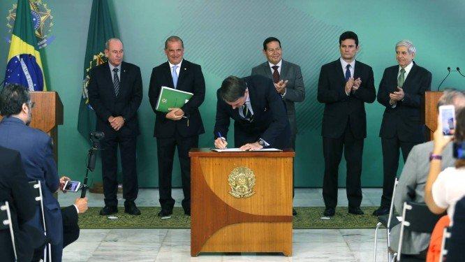 Decreto assinado por Bolsonaro permite até quatro armas por cidadão, sem aval da PF
