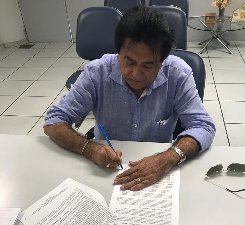 Prefeito de Cajueiro da Praia assina contrato para fomento à agropecuária no município