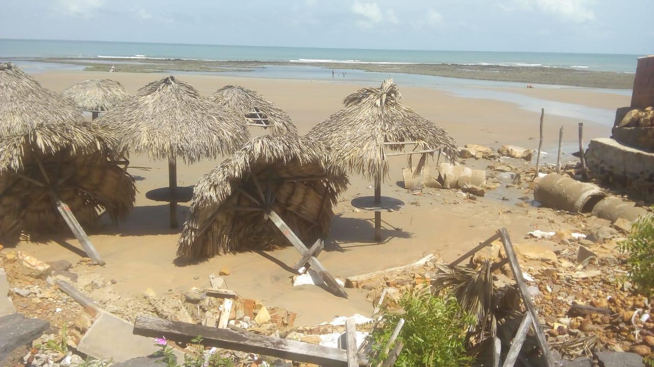 Ondas fortes causadas por ressaca destroem barracas na orla da Praia do Coqueiro, em Luís Correia