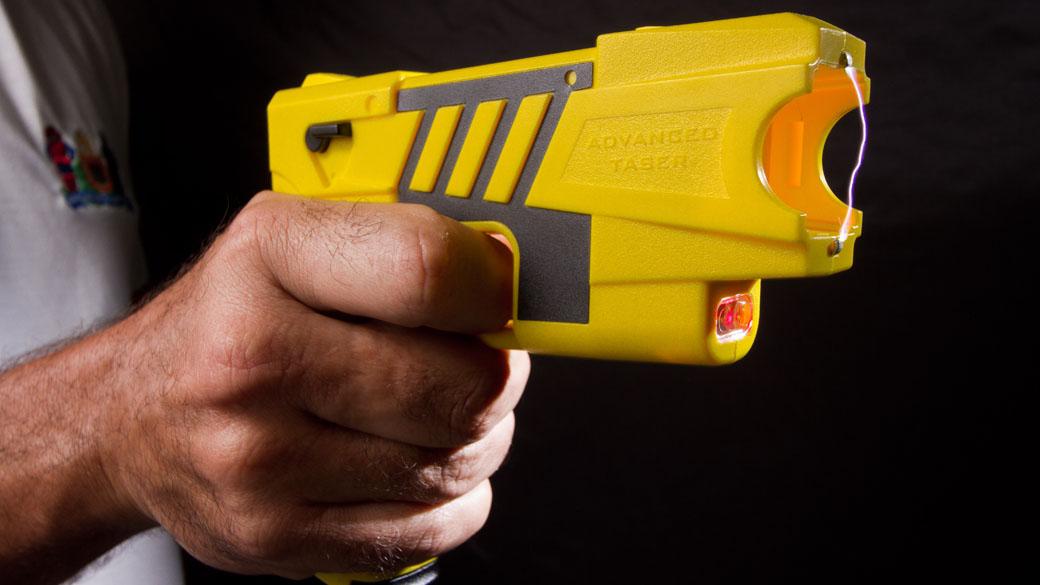 Deputado propõe liberação de arma de choques para mulheres