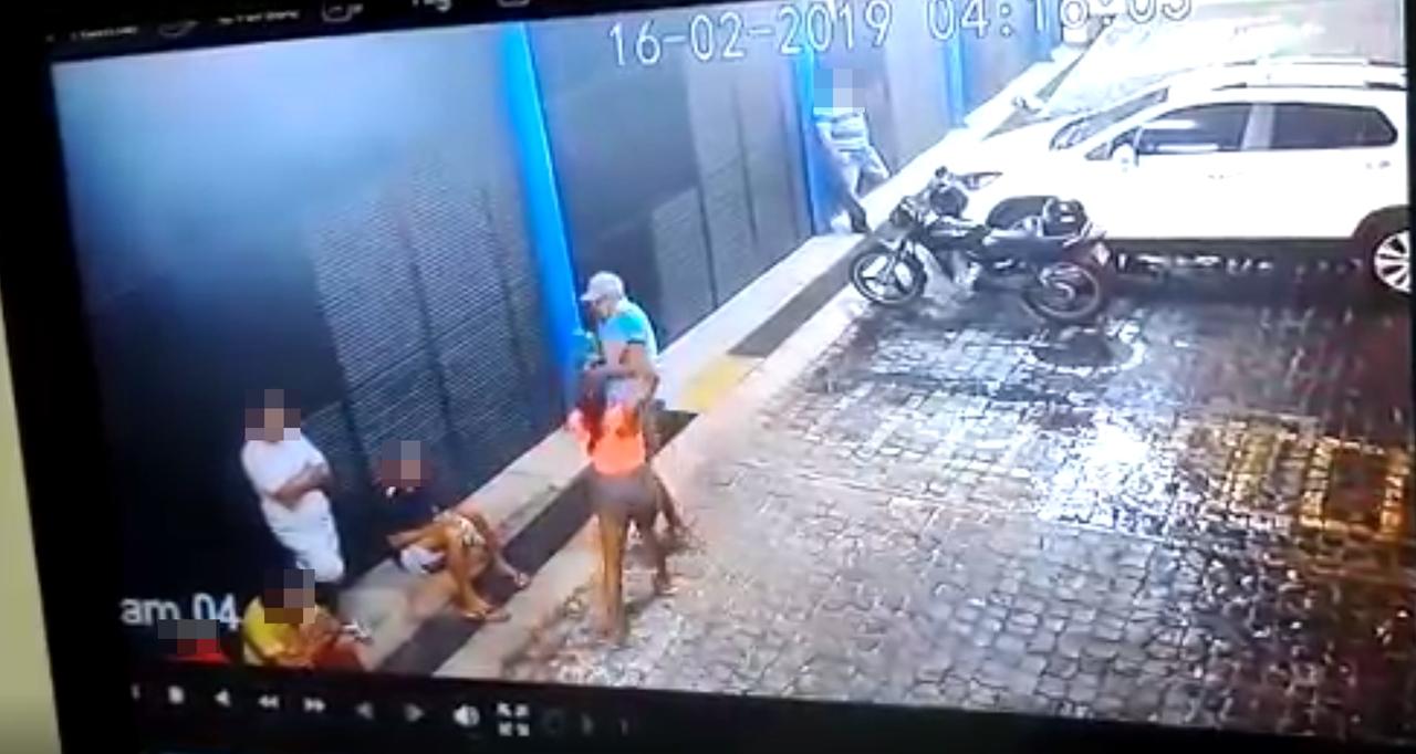 Câmera flagra mulher matando companheiro a facadas; veja vídeo