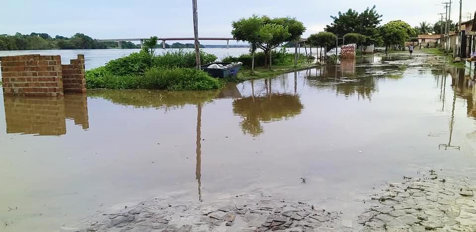 Águas do Rio Parnaíba invadem ruas na cidade de Luzilândia após fortes chuvas no Norte do Piauí