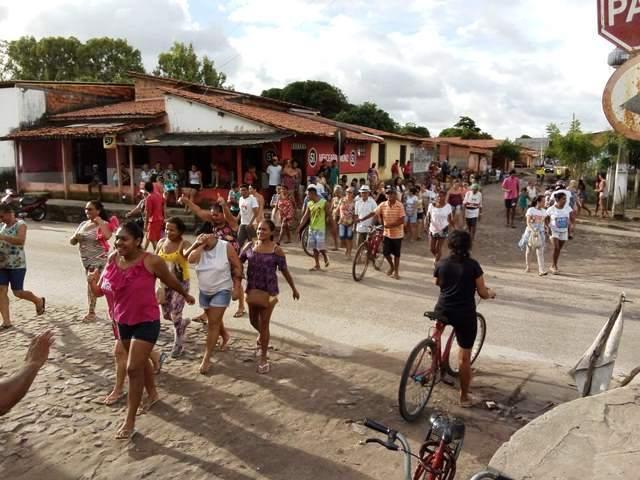 Moradores da área conhecida como piscinão do bairro Piauí reclamam de falta de doações por parte da SEDESC