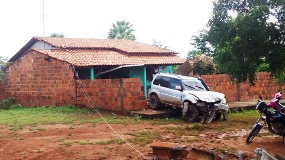 Motorista perde o controle e colide com poste em Luís Correia