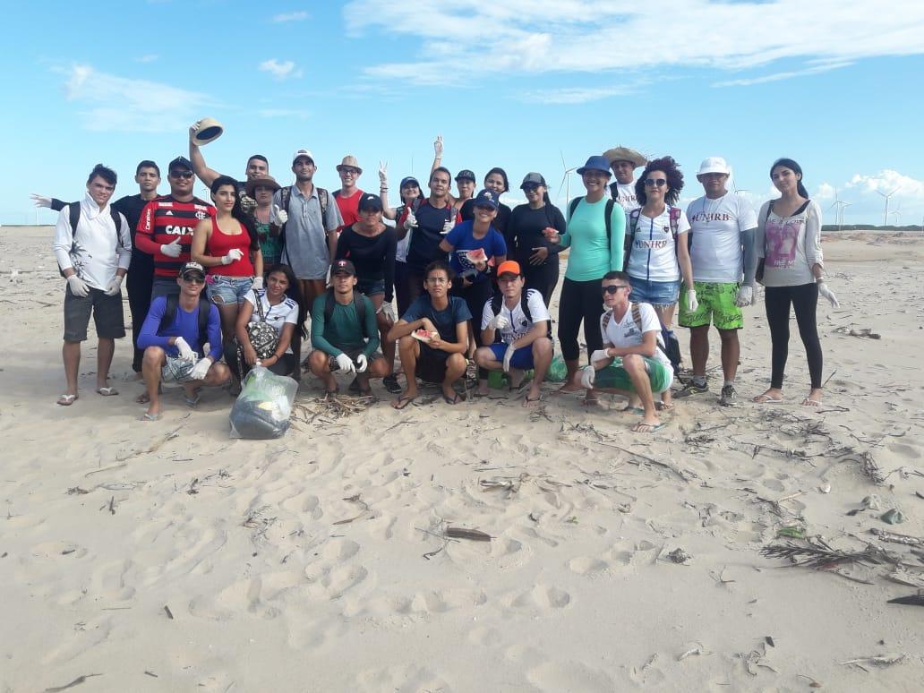 Acadêmicos de educação física da UNIRB realizam mutirão de limpeza na Pedra do Sal