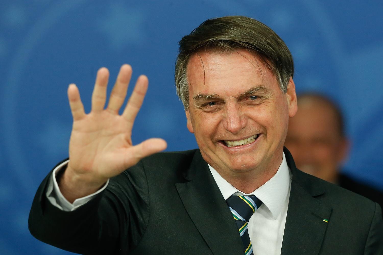 Bolsonaro recebe prêmio, bate continência à bandeira dos EUA e erra o próprio bordão