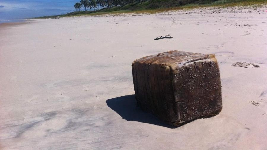 RN: Caixas misteriosas encalham em praias causam acidente com 2 mortos