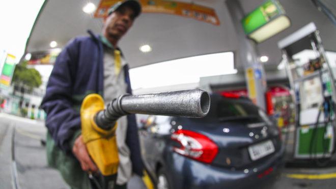 Petrobrás reduz preços da gasolina e do diesel em meio à alta do petróleo