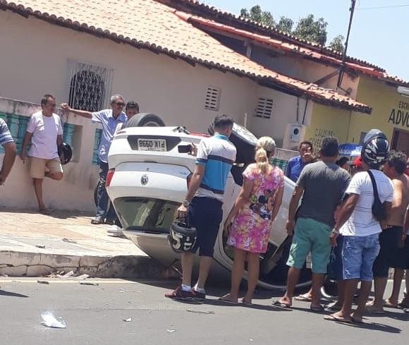 Veículo capota após forte colisão em cruzamento perigoso de Parnaíba