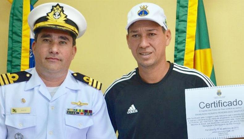 Banhista é homenageado pela Marinha após salvar jovem na Lagoa do Portinho