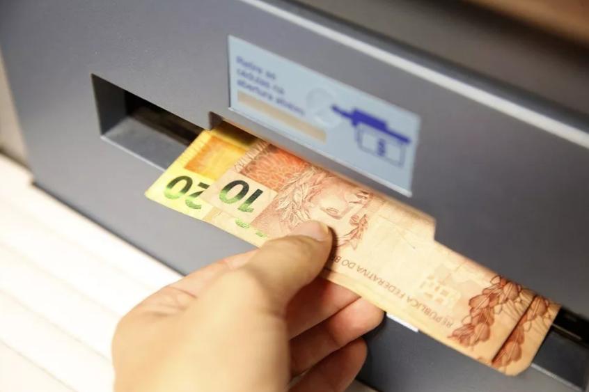 Governo avalia cobrar imposto de 0,4% para saques e depósitos