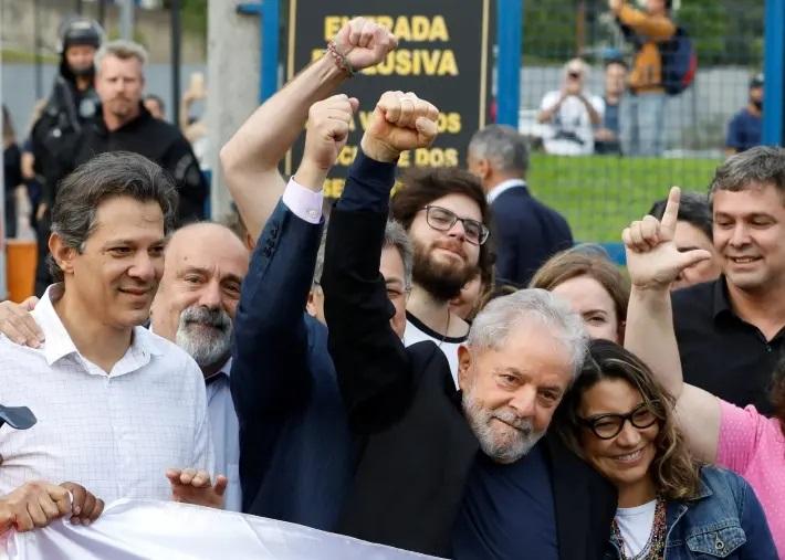 Lula é solto da sede da PF em Curitiba