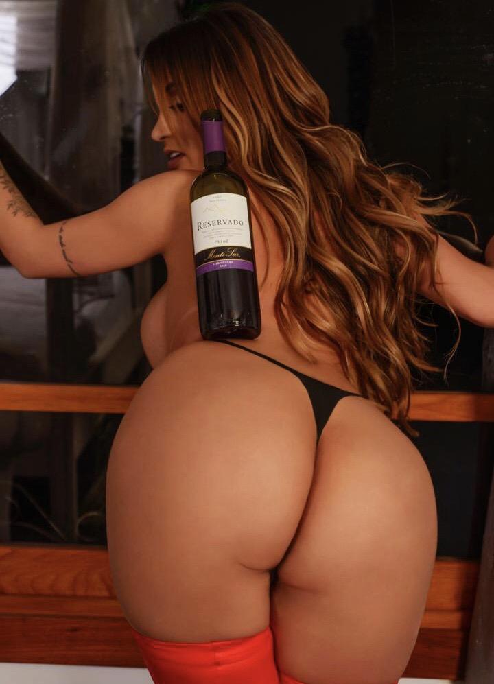 Yanna Oliveira equilibra garrafa de vinho em seu bumbum de 112cm. VEJA FOTOS