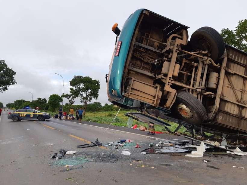 Ônibus que partiu do Piauí tomba e deixa uma pessoa morta na BR 020 no estado do Goiás