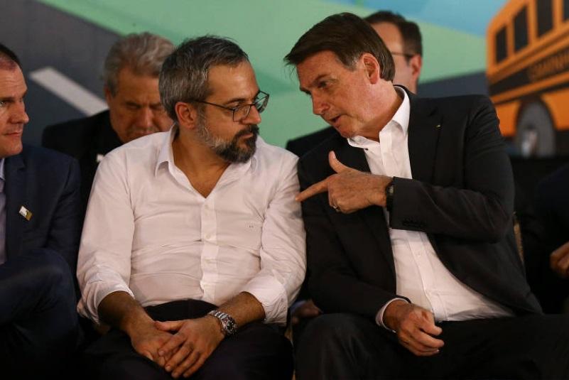 """Bolsonaro chama livros didáticos de """"lixo"""" e propõe que material seja suavizado em 2021"""