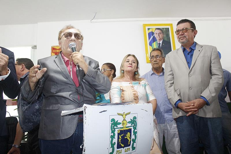 """Prefeito """"Mão Santa"""", inaugura retrato de Bolsonaro com solenidade"""
