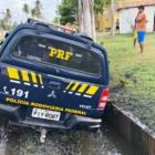 Viatura da PRF cai em vala de esgoto durante perseguição em Luís Correia
